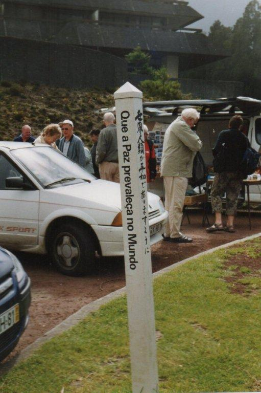 Stelen på Azorerne. På p-pladsen vakte den ikke den store opmærksomhed. De udmyldrende bus- og bilpassagerer så efter toiletter - ikke efter steler.