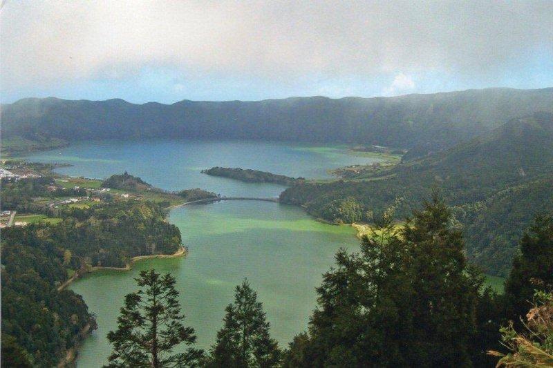 Udsigt fra stelen over mindst to vulkankratere. Før en gødningsforurening havde vandet i de to kratersøer hver sin farve efter forskellige mineraler i kraterene.