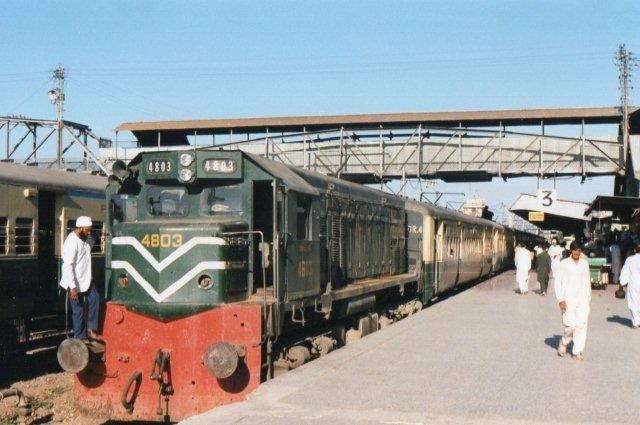GM-lokomotiv fra 1975 af typen GL-220. Tretrucket dieselelektrisk maskine på 1119 kW, 85 t og 122 km/t