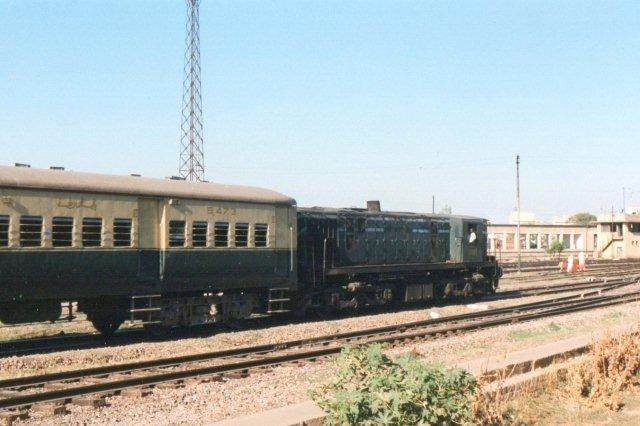 Bemærk lokomotivets højde i forhold til vognen og føreren, der her sidder ned.