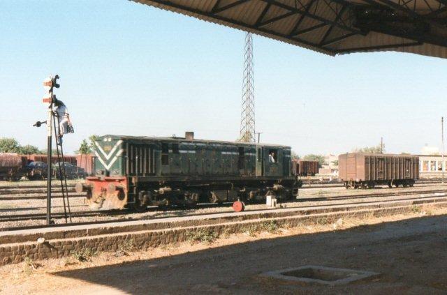 Lokomotivet er fra Alco, og det er bygget 1962, Typen hedder DL-535. Det er dieselelektrisk, tretrucket og yder 895 kW, vejer 75 t og kører 96 km/t. Motoren er fra GE. Bemærk manden, der hænger en olielampe i signalet!