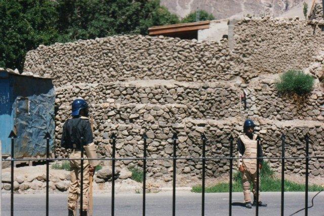 To soldater indledte optoget. De kunne formentlig forhindre alternativt troende enkeltpersoner i at kaste med sten, Måske var det meget klogt at hæren holdt sig i baggrunden?
