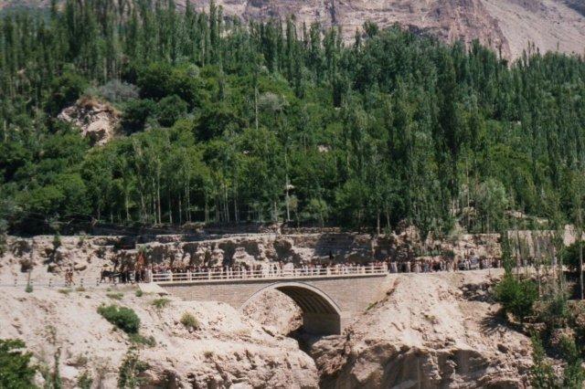 Så nærmer optoget sig. Broen her er bygget af kineserne, idet optoget går på hovedvejen mellem Kina og Pakistan. Broen var oprindeligt pyntet med kinesiske, kejserlige løver, men dem fjernede turisterne hurtigt.