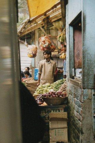 Den handlende holdt øje med sine varer og eventuel selvbetjening i farten.