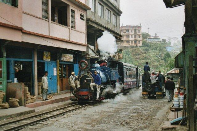 Toget kører lige gennem hovedgaden i Ghoom.