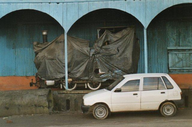 Under overtøjet stod et industribane-O&K, der stammede fra en nærliggende jutebane. Sidst havde det stået som denkmal i nabolaget.