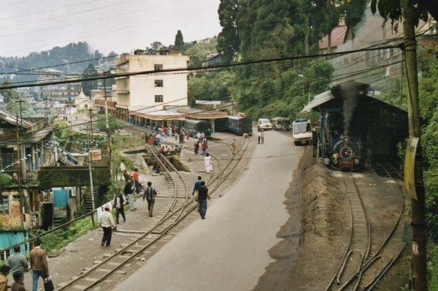 Depot og station i Darjeeling. Bemærk smøregrav og drejeskive til venstre. 779 på vej mellem depot og banegård