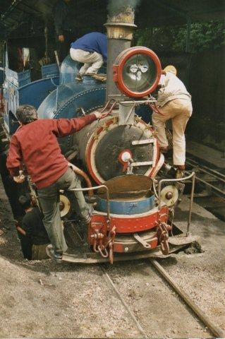 Et lokomotiv, nr. 779 i depotet i Darjeeling klargøres til dages tur. Ikke mange veteranbaner pudser mere.