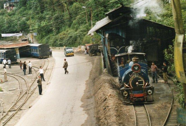 Lokomotivet stadig 779 forlader depotet i Darjeeling.