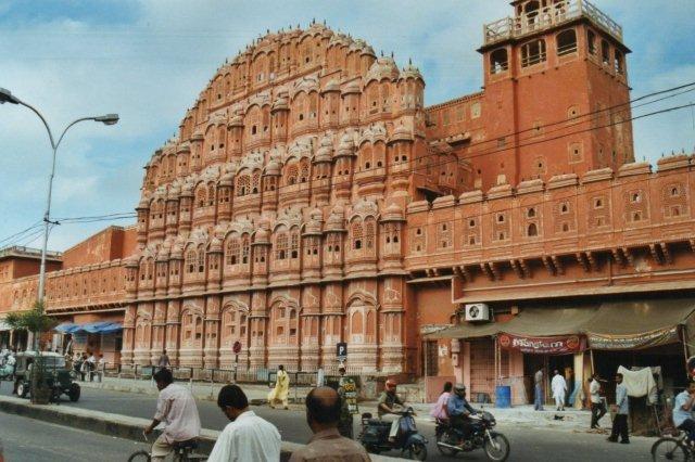 Vindenes Palads i Jaipur i Rajastan i persiske stil fra 1799 i pink. Det er kun en facade uden meget bagved! men flot var det. Stort set hele den indre by var kalket pink, og mange sarier var også holdt i pink.