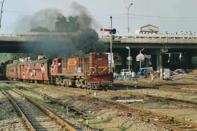 Sådan forestiller man sig ofte Indiens jernbaner? Måske ikke så meget den forkert justerede dieselmotor - mere togets belægningsprocent.Og så alligevel? I toget billetteredes. Ikke på taget.