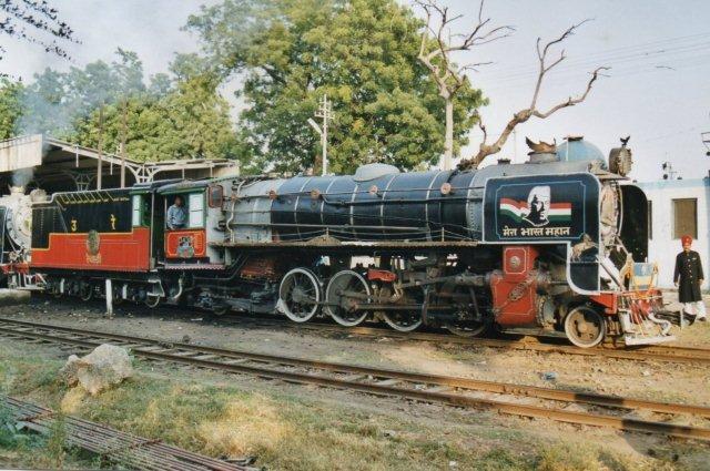 En indisk meterspor pacifikmaskine svært pyntet. Blandt andet Nehru ses. Toget var et udflugtstog mærket Det kongelige Østerlandske (tog.)