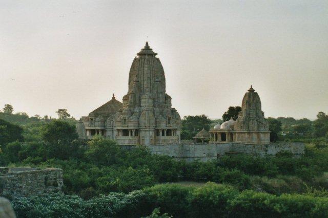 Rana Kumbhas Shyma Tempel samt han lille Mira Bai tempel begge opført for Visnu i 1448. Mira Bay var Rana Kumbhas hustru. Rana Kumbhas var en lokal konge, der her havde held med at hævde et lille kongerige, inden næste hele Indien druknede i de muslimske stormugulers herredømme. Visnu en af hinduernes hovedguder.