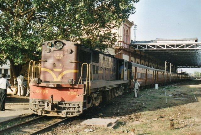 Samme lokomotiv men med tog. Metersporet er her ligeledes under afvikling.
