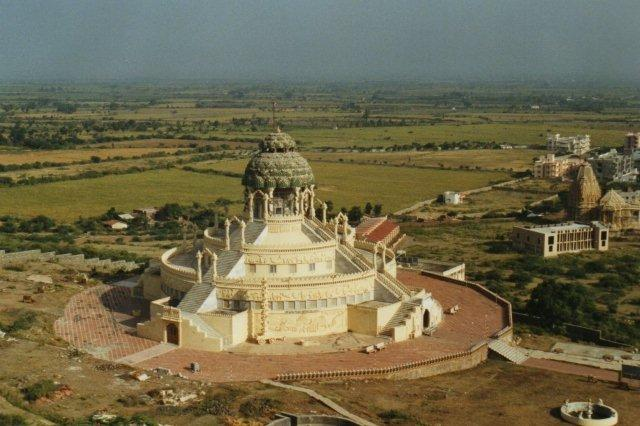 Udsigt fra opstigningen på bjerget Shatrunjaya over en del af den lille by Palitana. Bjerget var 600 meter og havde 3950 trin op til 863 templer. I Palitana så vi også mindst en snes templer. Tilmed byggedes stadig nye som det i forgrunden.