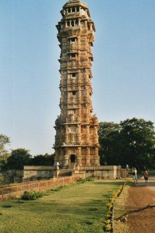 Vijay Staambha, Rana Kumbhas sejrsminde opført 1456 -68 og 37 meter højt. Vi er i Chittaurgarh. Tyskerne har altid bygget enorme sejrsmonumenter, men dette her kan også godt være med?