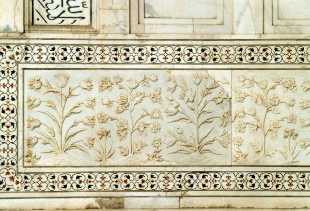Detalje - indlagt marmor på Taj Mahal, Shah Jahan minde over sin hustru. Han fik det dog aldrig at se, da hans søn ikke ville vente på tronen, men ekspederede sin far i fængsel efter at have myrdet sine brødre. En meget normal fremgangsmåde i de egne og såmænd også hos os. Og så var Jahan heldig. Normalt strittede sønnen faderen ud fra paladsets tag, når han ikke gad vente på tronen længere. Vi er i Agra og begge kombattanterne rangerer mellem stormogulerne, dog ikke ham, den lille berejste nisse besøgte.