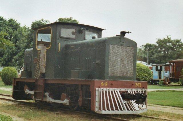 Gondal State Railway 1004, senere SR 203. Bygget af Fowler i 1949. Meterspor. Maskinen ligner Højbygård Sukkerfabriks første diesellokomotiv. Vi er nu og efterfølgende på Det indiske Jernbanemuseum i New Delhi.