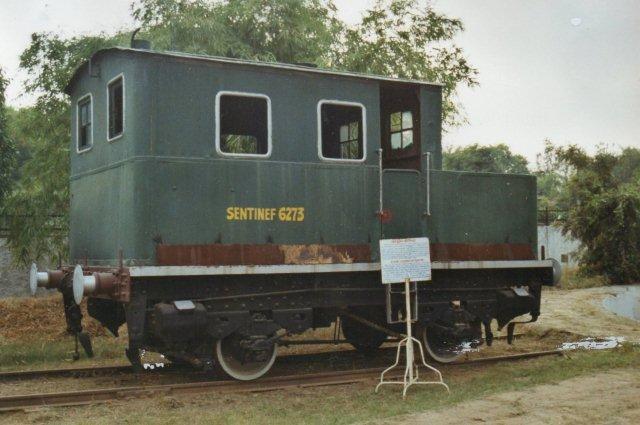 Bankura Damodat River Light Railway. Sentinel dampvogn fra mellemkrigstiden. 762 mm. Tænk at kunne sælge sådan et skrummel så sent. Den indiske skiltemaler har haft ondt ved at skrive Sentinel.