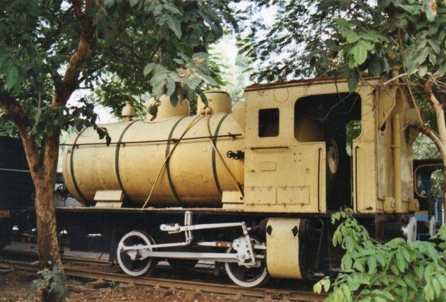 Sindhri Fertilisers havde dette fyrløse også kaldet dampakkumulatorlokomotiv. Det var formentlig i bredspor og bygget af Henschel 1954. Skorstenen sidder bag på førerhuset og cylindrene under førerhuset. Typen bruges på eksplosive virksomheder, hvor der ikke må bruges åben ild.