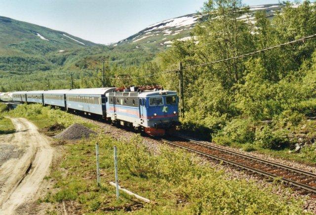 TKAB 12, en ex. SJ Rc6 uden for Björkliden. Man ser helt til venstre den gamle Rheingoldudsigtsvogn, som vi naturligvis prøvede. Bjerget til venstre er Njulla, 1169 meter. Dalen hedder Kitteldalen og bjerget til højre er Loktacohkka på 1404 meter.
