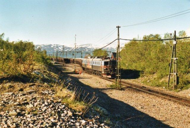 MTAB Rektorn med 1230 i front starter efter krydsning og lokomotivførerskift i Björkliden. Den norske lokomotivfører kørte hjem og en svensk fra Kiruna returnerede til Kiruna.