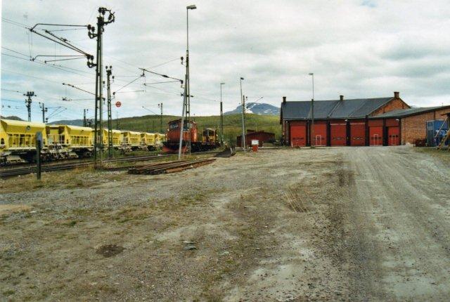 I Abisko havde man tidligere i damptiden skiftet maskine. Nu brugte Banverket remisen. En del materiel ses til venstre.