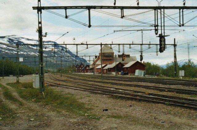 Stationen i Abisko kaldtes undertiden for kirken. Tårnet indeholdt imidlertid transformatorudstyr til banen. De røde huse var boliger for banefolk.