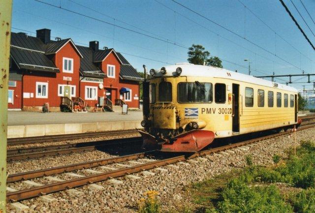 Banverket havde også transporter af arbejdere, idet baneformanden ikke mere boede alene ude i et hus på linjen. Til venstre ses Björkliden Station med butikken.