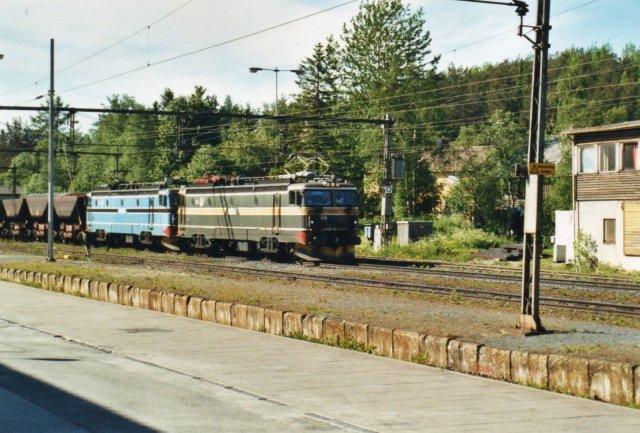 MTAB 94 og 91 i blå med tomtog i Narvik. Disse fire lokomotiver var de norske bidrag til banen.