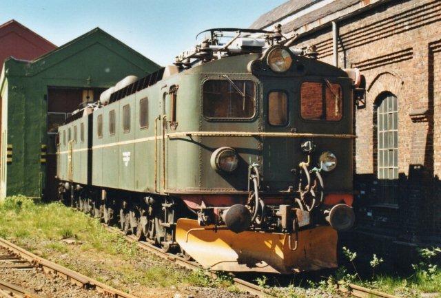 NSB EL 12.2120 og 2119 bagest ved NSBs værksted i Narvik. Lokomotiverne var formentlig udrangerede.