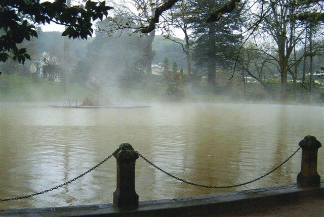 Ungdommens kilde var et ret stort bassin i den botaniske have omgivet af store auraucariaer (træer.) Vandet kom ud med 42 graders Celcius, hvilket var for varmt for mig. Midt i bassinet var det dog passende, men luften var kold, og omklædningsforholdene ikke optimale, men vi var der næsten hver dag. Også i regnvejr. Vandet var godt, men det var koldt at komme op. Søen damper, da vandet er væsentligt varmere end luften.