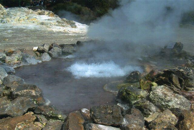 I østenden af byen ned ved floden lå flere varme kilder. De var temmelig store, og vandet var i flere af dem kogende.