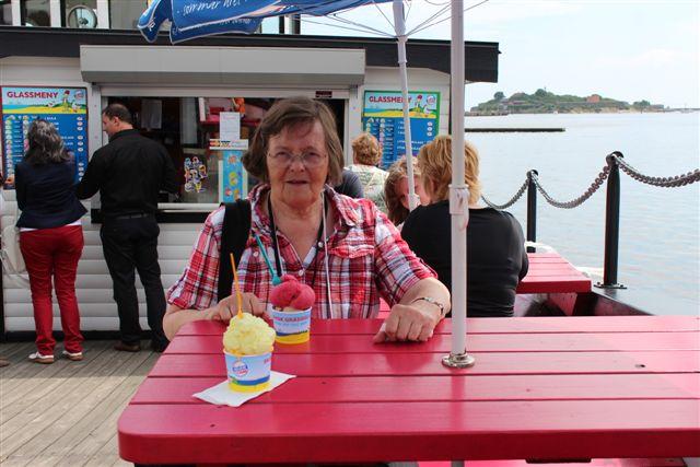 På en oplagt fiskerbåd i Karlshamn fik vi is, inden vi tog til Karlskrona. En isbåd kaldte Edit båden (eller isen?)