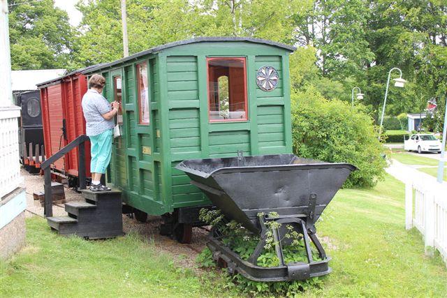 I Kosta opgav vi hurtigt de salgsfremmende udstillinger og gik på Hembygdmuseet, hvor vi fandt dette tog, der imidlertid ikke havde ret meget med Kosta at gøre. Edit fotograferer interiør. Om vognen er en restaurering eller en kopiversion, vides ikke; jeg kunne frygte det sidste.