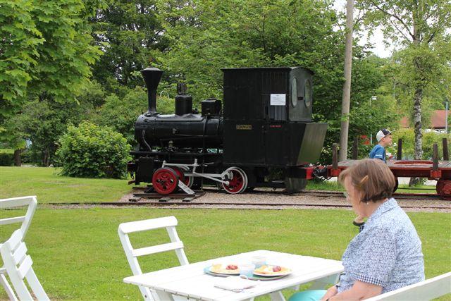 Vi tog vore kaffe på museet og støttede et godt formål. Kan man få en kaffestuga med en bedre udsigt? Lokomotivet er også et falsum, men et lokomotiv er vel et lokomotiv, så lad gå. Foto: 09.07.2013.