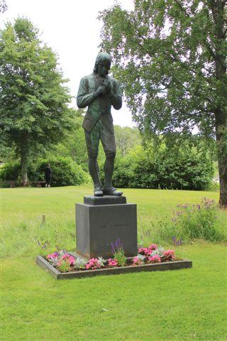 Linnéstatue på kirkegården i Stenbrohult, hvor faderen var præst, og Linné tilbragte sin barndom. 10.07.2013.
