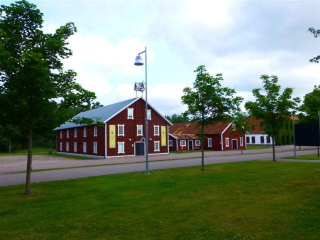Det eneste glasbruk, vi så, der havde de gamle og maleriske bygninger nogenlunde velbevarede, var Pukeberg Glasbruk i Nybro vest for Kalmar i Småland. 09.07.2013.