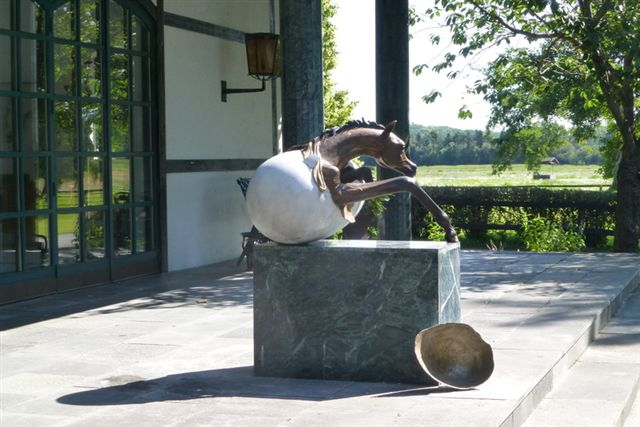 Hesteopdrætteens skulptur. Skulptøren havde dog ikke været helt stiv i hestens forplantning. Skulpturen er ikke offentlig tilgængelig.