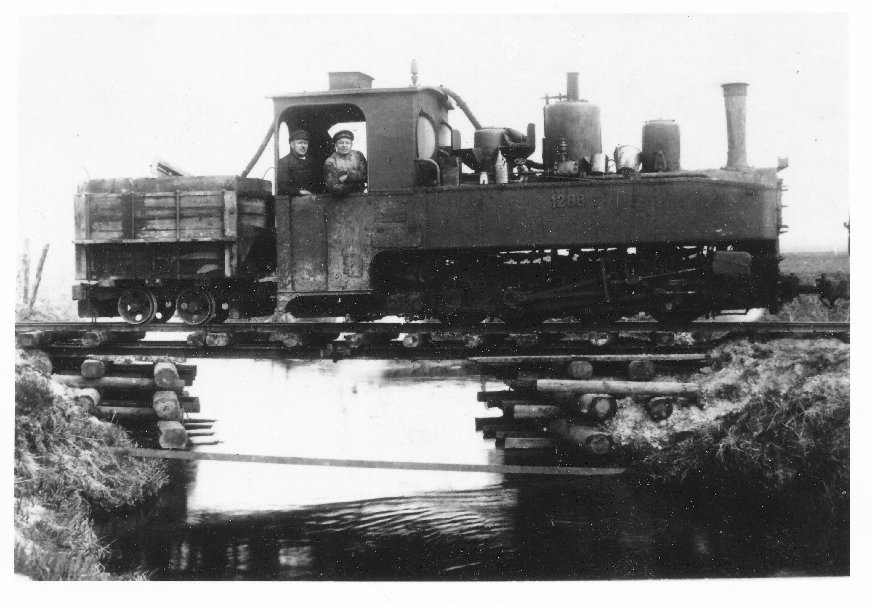 Hvis - som enkelte kilder har oplyst - 600 mm damplokomotiver har været anvendt, kan det have været standardbrigadelokomotivet, dog næppe dette eksemplar, der godt nok efter krigen er købt af mellemhandlere på et demobiliseringslager i Hannover til brug for Vejen - Brørup Mergelselskabs mergelbane fra Københoved mergelleje. Selskabet havde driftstid 1914 - 26, men lokomotivet her, Jung 2555/1917 er fotograferet på broen over Kongeåen 1924. Lokomotivet var HFB 1288. Foto: arkiv HJ.
