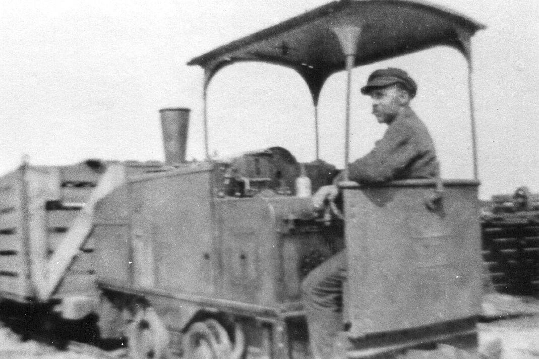 Andre kilder har oplyst om motorlokomotiver og oliemotorer, hvilket dette lokomotiv godt kunne være en repræsentant for. Også denne Deutz uden yderligere data eller en artsfælle måsk kunne have kørt i Danmark. I hvert fald er den købt af mellemhandlere for at ende på De jydske Kultørvfabrikker (DJK) i Blåhøj, hvor den kørte i mellemkrigstiden. I alt købte DJK fire maskine, de rikke alle var ens. De tre beholdt man, mens det fjerde solgtes videre.