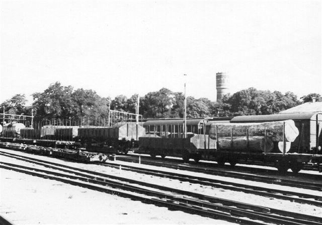 Kalmar 1968 891 mm 2.jpg På området holdt to læssede stammer med vogne på transportører. 30 vogne var læsset med mahognistammer, men der var også vogne med brændstof i normalsportankvogne på transportører.