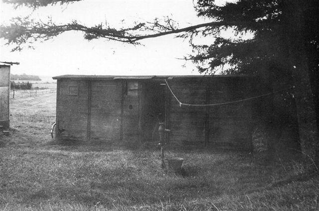 Nær passagen af Bredeå fandt vi tilfældigvis vognkassen til HAJ 331. Den havde nu nok næppe noget med Sikringsstillingen at gøre, og i dag er den formentlig væk. Foto: SAG 1972.