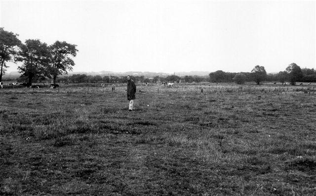Ved Roost fandtes denne dæmningsrest efter banen. Når engen hvert tiende år blev pløjet og nytilsået, kom der laster mv. for dagen. Det er mig, der står på dæmning. Foto: SAG 1972.