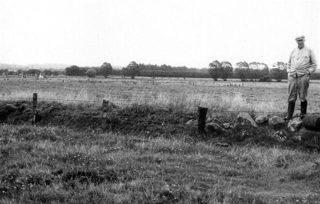 Også ved Roost fremviser jordens ejer et jord- og stengæde, men lige hvor militærbanen havde passeret, var stanene lagt til side. eEfter banen var fjernet var jorden lagt tilbage på på plads, men ikke stenen. Foto: SAG 1973.