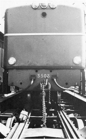 Växjö 1968 891 mm 3.jpg Transportøren var naturligvis normalsporet, men den kunne befordre både 891 mm og 1067 mm materiel på de stor skinner. Her har vi altså tre sporvidder repræsenteret. Bare få år før havde der været firestrenget spor her, og resterne lå endnu, selv om 1067 mm banen ikke mere var i drift. Omlæssehallen med tre sporvidder var også endnu i behold.
