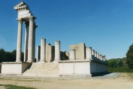 Rekonstruktion af en del af Jupitertempel i romerbyen Xanten. Kun en del er rekonstueret. Strengt taget ved man ikke, hvem romerne havde viet templet til. Billede fra 2002.