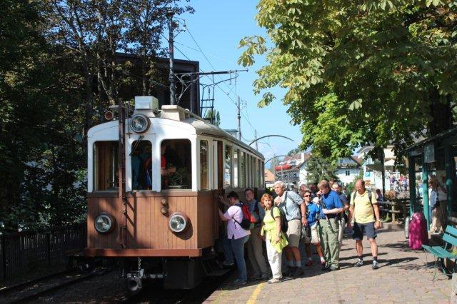 En 104 år gammel sporvogn i daglig drift på Rittnerbahn på Rittnerplateauet 1000 meter over Bozen. Denne vogn var populær blandt de rejsende, som du ser. Det kan ikke udelukkes, at en del var sporvogns- og jernbaneentusiaster. Vi havde en dejlig formiddag heroppe med ro og ren luft.