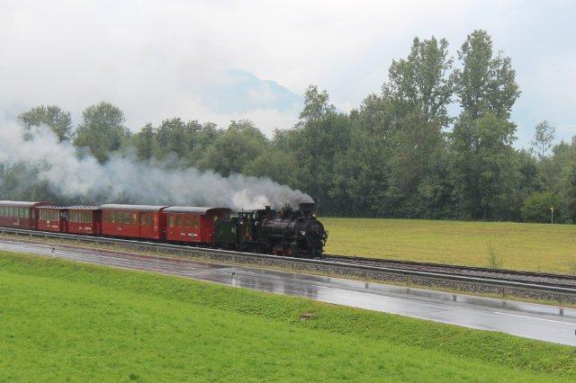 Et stykke oppe i dalen på den dobbeltsporede strækning stod selskabet på en bjergside og afventede dagens damptog for japanere, som passerede i silende regn. Lokomotivet er Krauss 6035/1909 mærket både club 760, ZB 4, tredje besættelse af nummeret og 83-076. Det sidste nummer stammer fra De jugoslaviske Statsbaner, JDŽ, der som oprindeligt en del af Østrig-Ungarn benyttede 760 mm som standardsmalsporporvidde. Club 760 har fået maskinen sat i stand i Meiningen og lejer den nu ud til ZB. Som det ses, har maskinen tender. Jenbach 01.09.2013.