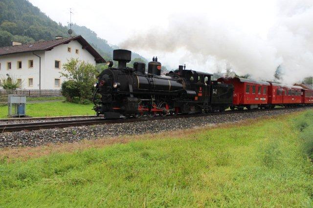 Her ses toget ved trinbrættet Rotholz mindre end to kilometer fra Jenbach. Her regnede det også. Vi tilbragte en time på stedet, og der var mulighed for at fotografere fem tog. 01.09.2013.